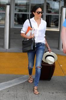 Als Hommage an Gabrielle Chanel brachte das Modehaus 2017 die Handtasche Gabrielle auf den Markt. Herzogin Meghan ist Fan dieses Modells. Verständlich! Die Tasche ist funktional und praktisch und zugleich ein cooles, klassisches It-Piece.