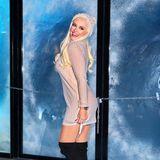 Beim Pre-Opening Event zum Kinder Frozen Pop-up Store in Hamburg posiert Daniela Katzenberger in einem sexy Winter-Look für die Fotografen. Es macht allerdings den Anschein, als sei ihr Strick-Kleid möglicherweise ein paar wenige Zentimeter zu kurz ...