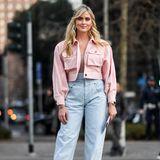 Influencerin Valentina Ferragni zelebriert das Comeback der Neunziger mit einem sexy Jeans-Look inklusive rosa Farbtupfer.