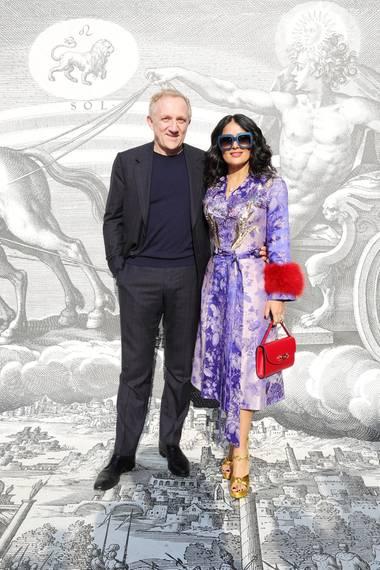 Kering-Boss Francois Pinault wird neben seiner schönen Ehefrau Salma Hayek-Pinault zum zierenden Beiwerk. Selbstverständlich trägt die Hollywoodschauspielerin eine Kreation von Gucci.