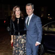 20. Februar 2019  Prinzessin Mary und Prinz Frederik haben Ausgang und besuchen zusammen ein Gedenkkonzert für Prinz Henrik.Das Ehepaar zeigt sich schon bei der Ankunft in der Schlosskirche auf Schloss Fredensborg verliebt, hält sich beim Posieren für die Fotografen im Arm. Auch im Anschluss an das Shooting wollen sich die beiden gar nicht loslassen ...