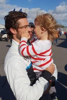 20. Februar 2019  Niedlicher Vater-Sohn-Moment am Rande der Rallye Schweden!Prinz Carl Philip scherzt mit Söhnchen Prinz Alexander, der mit seinen kleine Händen Papas Gesicht erkundet. Beide strahlen mit der Sonne um die Wette und scheinen für einen kurzen Moment alles um sich herum zu vergessen. Genau auf solche Momente scheint sich Carl Philip im Jahre 2019 zu freuen. In der Bildunterschrift gibt er bekannt, dass er sich in diesem Jahr auf die Familie konzentrieren werde. Das Projekt Rennsport werde er dann 2020 wieder gezielter angehen.
