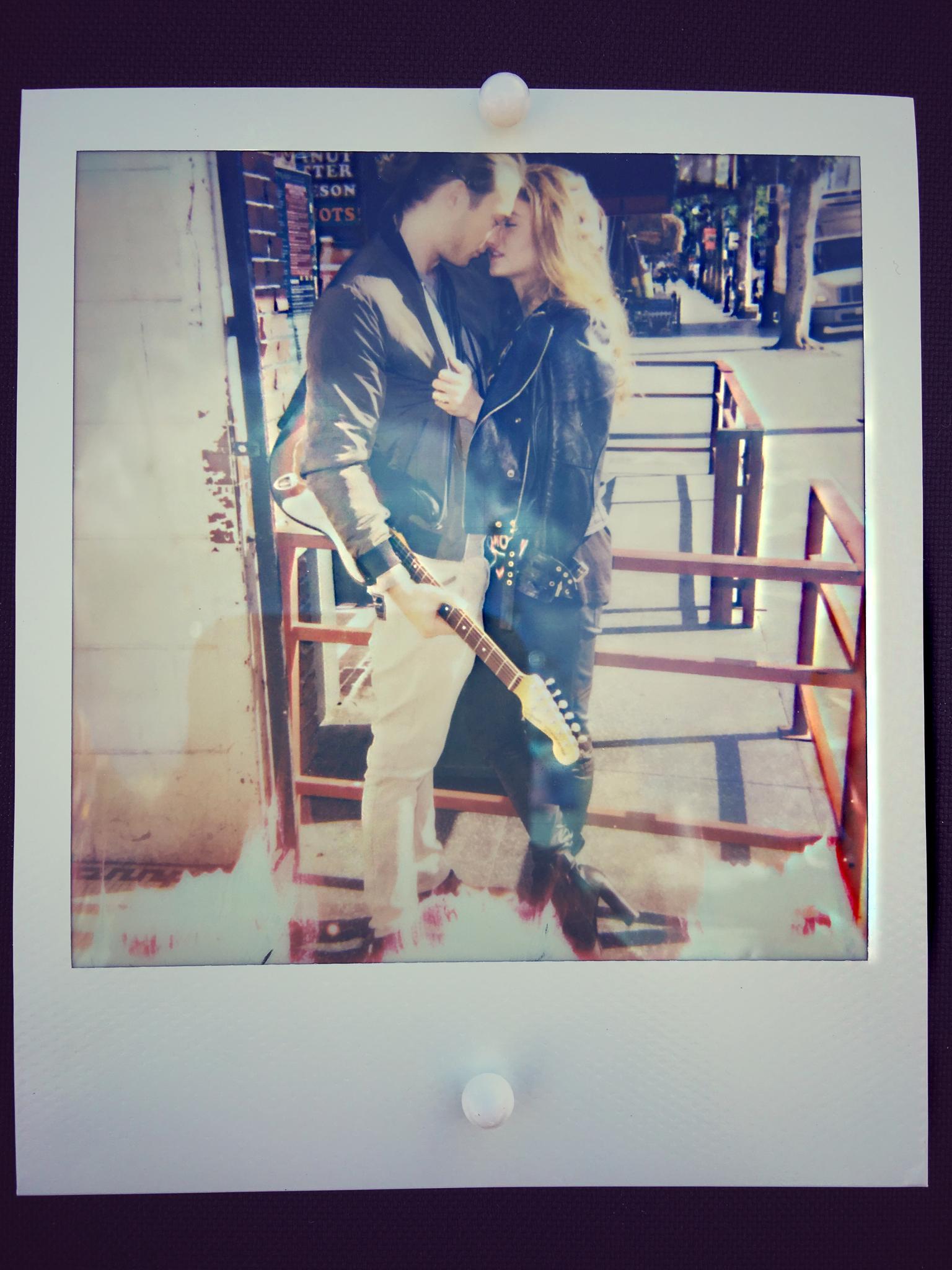 Bei der Challenge am Tag vor dem Male-Model-Shooting entsteht dieses Polaroid von Carina und einem Passanten, das bisher noch nie veröffentlicht wurde.