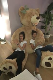 Die Modelvilla ist männerfreie Zone. Gekuschelt wurde hier trotzdem - nämlich mit einem XXL-Teddybär. Also einer Teddybärin. Man muss der Girls-Power ja treu bleiben.