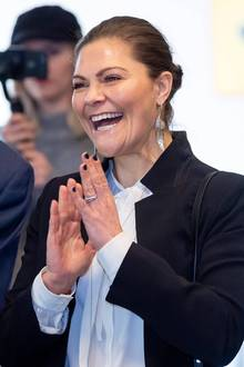 So gestylt zeigt sichVictoria nämlich bei dem Besuch eines Jugendzentrums in Stockholm. Die schwarzen Fingernägel und die silbernen Ohrringe in Feder-Form, machen dieses doch stark an den typischen Lagerfeld-Look erinnernde Outfit perfekt.