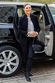 Wie viele andere Royals ist auch Prinzessin Victoria ein Fan von Karl Lagerfelds Kreationen für Chanel. Ist dieser Schwarz-Weiß-Look mit extravagantem Blazer-Kragen, Schluppenbluse und Stiletto-Boots etwa ihre Style-Hommage an den am 19. Februar 2019 verstorbenen Star-Designer?