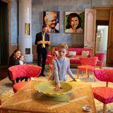 21. Februar 2019  Estelle auf Entdeckungstour im Schloss! Hier sind sie, Victoria und Prinz Oscar im Jubiläumsraum von König Carl Gustaf. Der ist 1998, zum 25-jährigen Thronjubiläum des Monarchen in einem zeitgenössischen Stil neu eingerichtet worden.