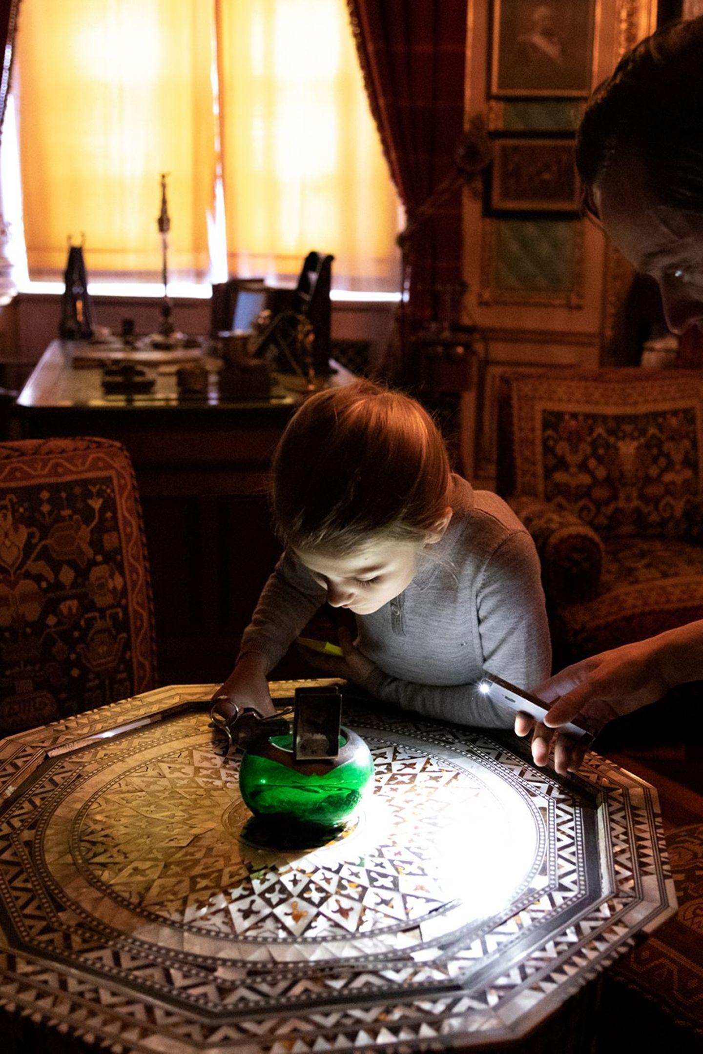 21. Februar 2019  Im Schreibraum von König Oskar II. interessiert sich Prinzessin Estelle ganz besonders für einen orientalischen Tisch mit Vase.