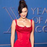 """Bei der """"Bulgari XX 20th Aniversary""""-Party in Rom zieht Topmodel Bella Hadid in diesem Corsagenkleid alle Blicke auf sich. Besonders ihr glitzerndes Wow-Dekolleté ist ein echter Blickfang."""