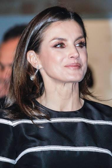 Die spanische Königin hat ihre Augen und ihre Wangen mit zarten Rottönen in Szene gesetzt. Ein ganz neuer Make-up-Look für Letizia.