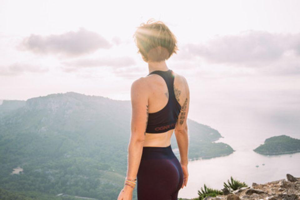 """""""Im Yoga wollen wir uns an das Licht unserer Seele zurückerinnern und uns damit verbinden.""""  Dazu passend hält Wanda Badwal zwei Mal im Jahr eine eigene Yogalehrerausbildung mit dem Titel """"Remember who you are"""" auf Bali und in Deutschland ab."""