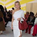 Bloggerin Xenia Adonts zeigt sich ganz in Weiß vor der Show von Max Mara.