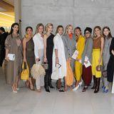 Deutschlands Fashion Force ist auch in Mailand vertreten: Mandy Bork, Nina Suess, Leonie Hanne, Aylin König, Karin Teigl, Ann-Kathrin Götze, Caro Daur, Lisa Hahnbueck und Viky Rader posieren vor der Fashion Show für die Fotografen.