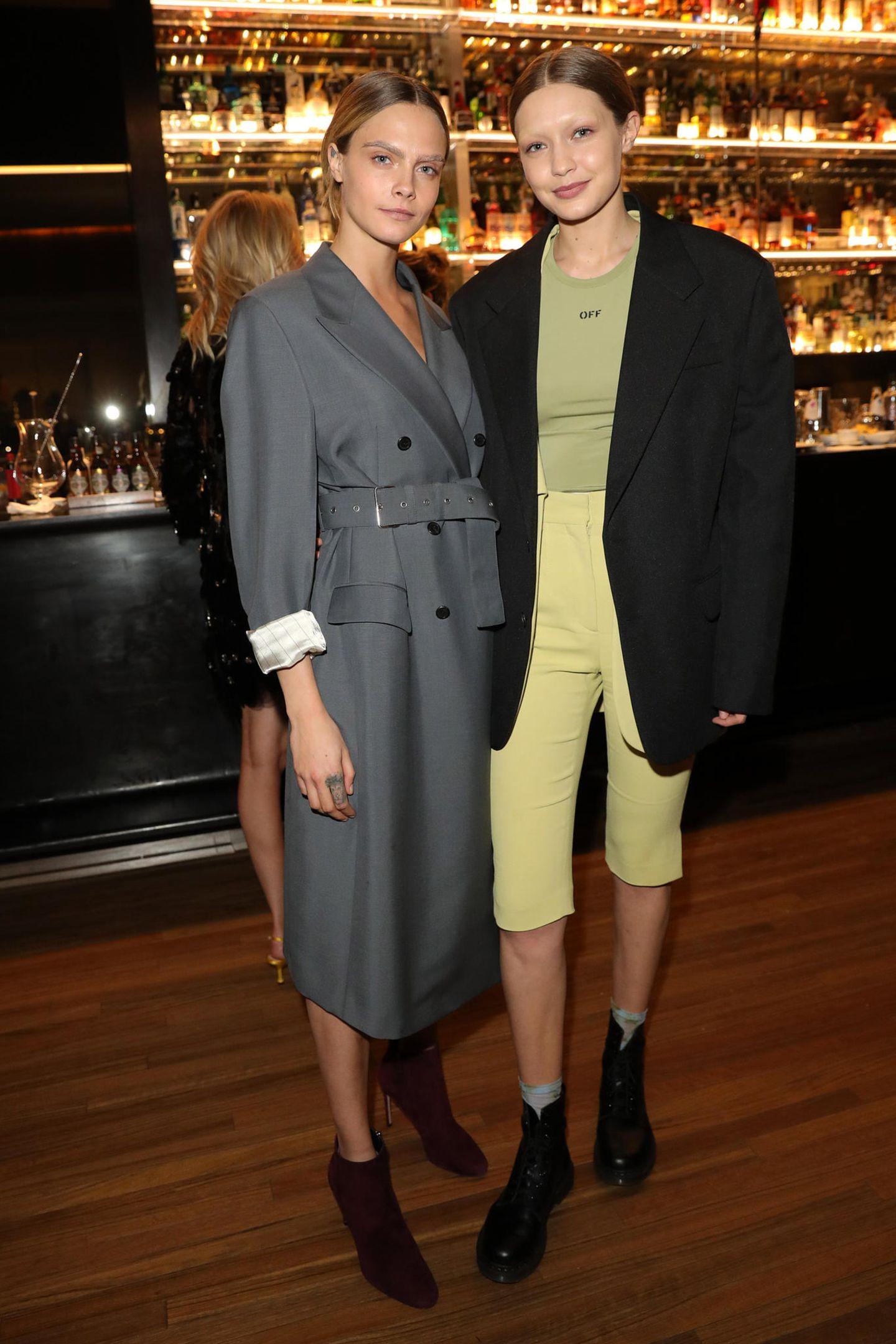 Erst die Arbeit, dann das Vergnügen: Cara Delevingne und Gigi Hadid liefen erst für Prada über den Runway und posieren beim anschließenden Dinner für die Fotografen.