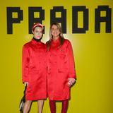 Im knallroten Partnerlook bei Prada: Lena Lademann aus Hamburg wählt den gleichen, roten Mantel wie Anna Dello Russo.