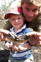 """Mit einem Vater wie dem """"Crocodile Hunter"""" Steve Irwin war die frühe Kindheit vom 2002 geborenen Sohn Robert, genannt Bob, sehr spannend. Aber auch traurig.Einen Monat, nachdem dieses Foto entstanden ist, starb der TV-Abenteurer und Zoodirektor ganz unerwartet bei Unterwasseraufnahmen am Stich eines Stachelrochens."""