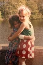 Welche zwei Schwestern halten sich denn da so niedlich im Arm? Kleiner Tipp: Bei den beiden handelt es sich um royale Geschwister, die sich auch heute noch sehr gut verstehen ...