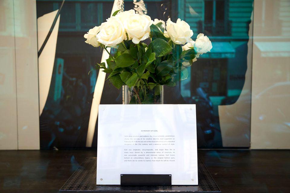 In der Pariser Karl-Lagerfeld-Boutique an den Champs-Élysées steht ein Strauß weißer Rosen im Schaufenster.