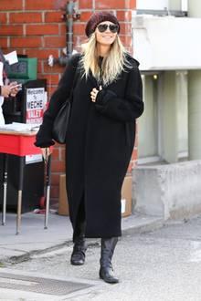 """Beim Shopping in New York zeigt sich Model Heidi Klum - der Jahreszeit entsprechend - dick eingepackt. tatsächlich haben wir Heidi jedoch lange nicht so """"verhüllt"""" gesehen. Ob sie in diesem schwarzen Oversize-Mantel ihren Babybauch verstecken möchte? Die Gerüchte halten sich auf jeden Fall hartnäckig."""