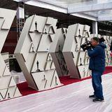 Ein Kameramann übt schon mal, schließlich darf am gesamten Oscar-Tag nichts schiefgehen.
