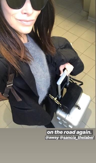 """Abigail Spencer verlinkt auf dem Nachhauseweg von New York am 20. Februar 2019 einen Koffer der Marke """"Away"""""""