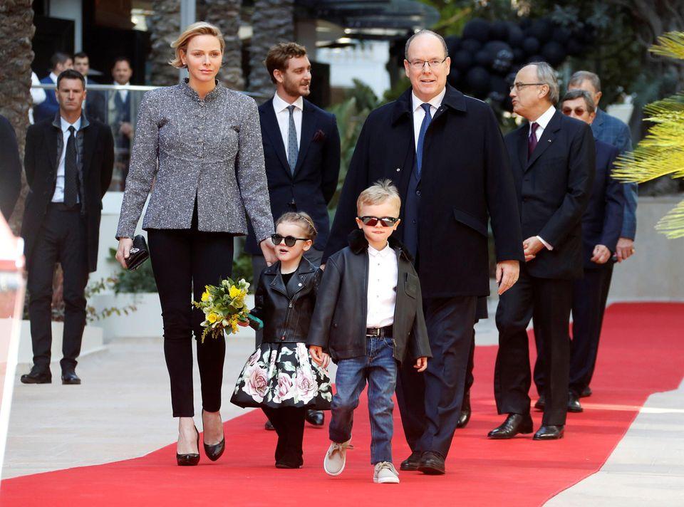22. Februar 2019  Für die Eröffnung eines neuen Luxus-Komplex in Monte-Carlo erscheint die ganz Familie: Fürstin Charlène, Fürst Albert und ihre süßen Zwillinge Gabriella und Jacques.