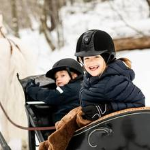 """23. Februar 2019   """"Heute ist Prinzessin Estelle 7 Jahre alt! Die Bilder zeigen Prinzessin und Prinz Oscar zusammen mit dem walisischen Pony Viktor"""", schreibt das schwedische Königshaus zu demzauberhaften Foto. Damit aber nicht genug, es gibt ein zweites Bild..."""