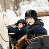 """23. Februar 2019   """"Heute ist Prinzessin Estelle 7 Jahre alt! Die Bilder zeigen die Prinzessin und Prinz Oscar zusammen mit dem walisischen Pony Viktor"""", schreibt das schwedische Königshaus zu demzauberhaften Foto. Damit aber nicht genug, es gibt ein zweites Bild..."""