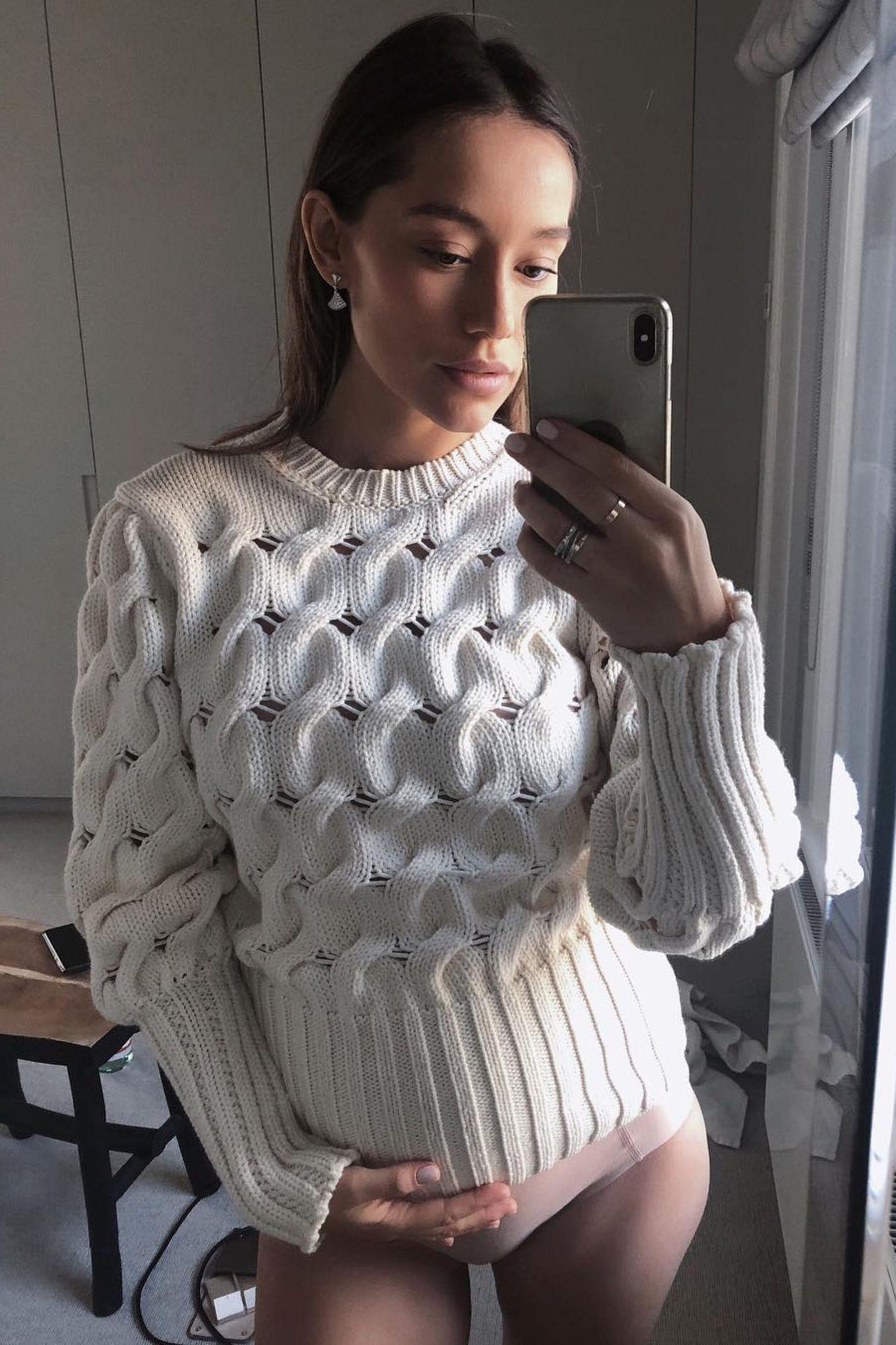 """""""hej my baby!"""" – mit diesen Worten teilt Anna Sharypova ihr Schwangeren-Glück mit einem Foto auf Instagram und lässt ihre Follower an dieser besonderen Zeit teilhaben. Behutsam hält die 30-Jährigeihre Hand auf ihrenBabybauch, den sie in einen kuscheligen, weißen Strickpullover hüllt. Das Baby krönt die große Liebe von Anna und ihrem Mann André Schürle."""