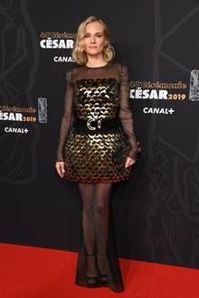 Wow, was für ein Hingucker! In einer Robe von Chanel besucht Diane Kruger die César Film Awards in Paris – eine Hommage an den verstorbenen Karl Lagerfeld. Die Muse des Modezars wählt für ihren Red-Carpet-Auftritt ein goldenes Dress mit langen Ärmeln und einem langen Rock aus schwarzem Tüll.
