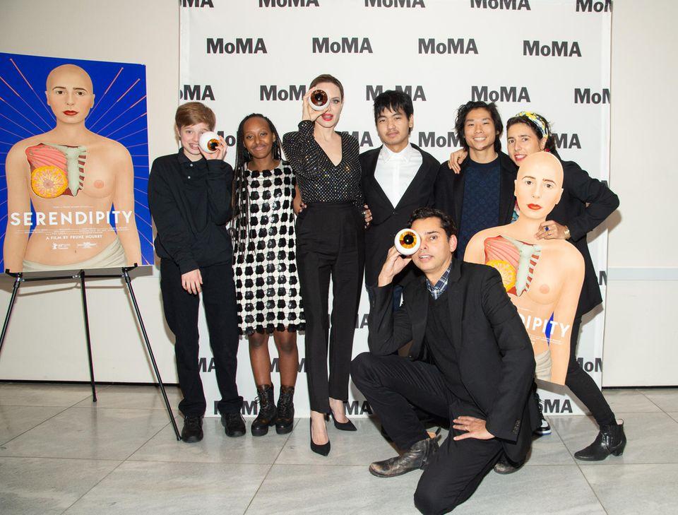 Im New YorkerMuseum of Modern Art posieren Shiloh, Zahara, Angelina Jolie, Maddox und Pax (v. l. n. r.). Thema der Opening Night ist: Prune Nourrys Serendipity(derglücklicheZufall etwas zu finden, das man gar nicht gesucht hat).