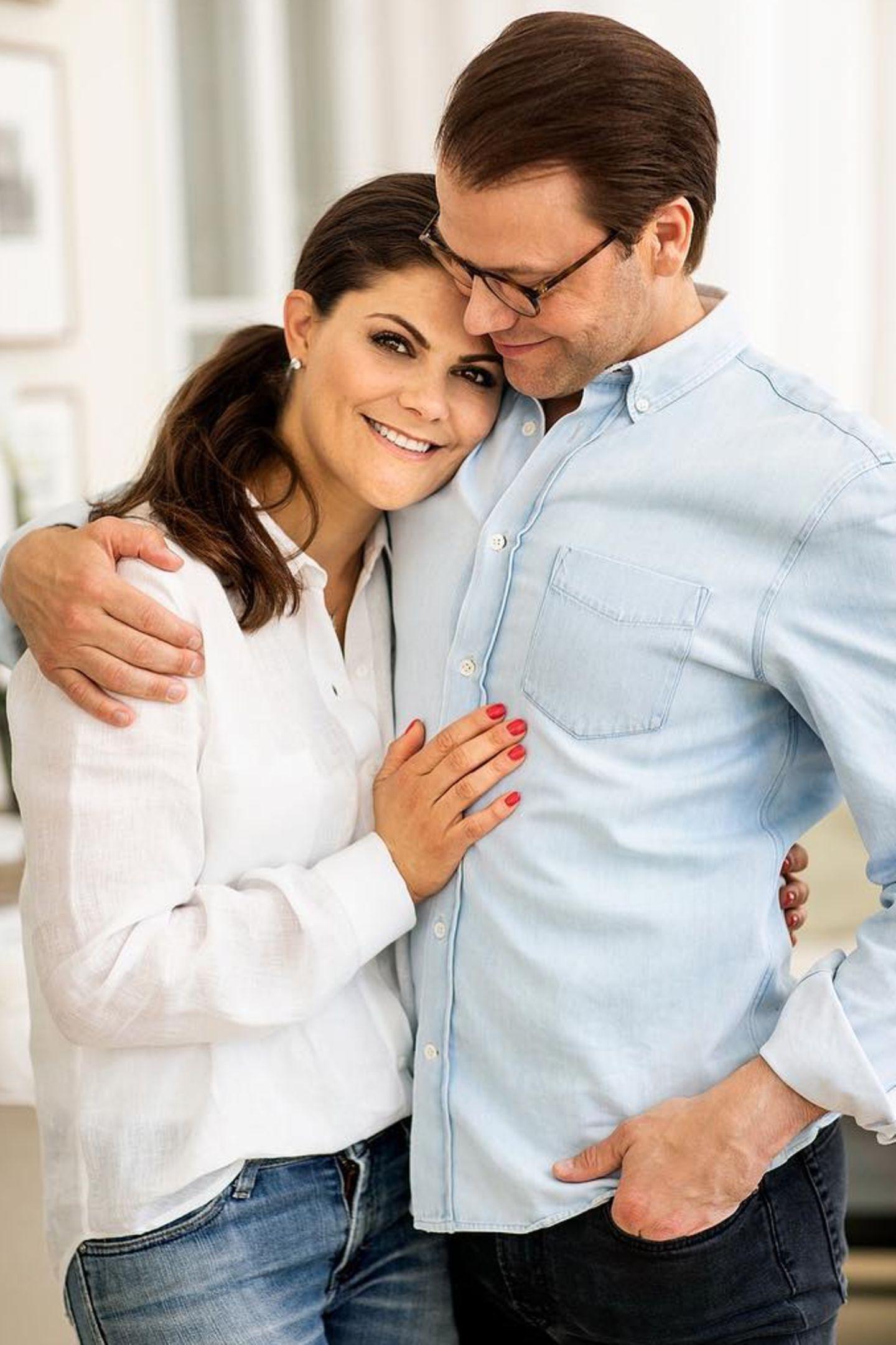 24. Februar 2019   Heute vor 10 Jahren haben Prinzessin Victoria und Prinz Daniel (damals Daniel Westling) ihre Verlobung bekannt gegeben. Zur Feier des Tages freut sich das königliche Paar, ein privates Pärchenfoto teilen zu können. Als Sahnehäubchen oben drauf, gibt es noch ein weiteres ...