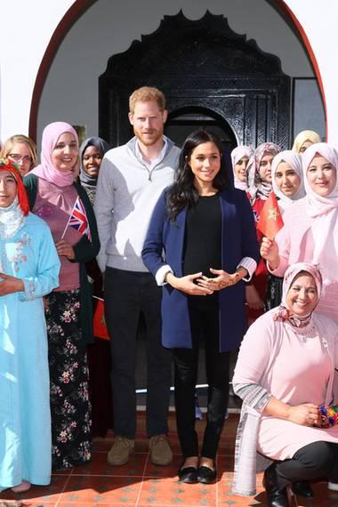 """24. Februar 2019  Das royale Paar posiert für ein Gruppenfoto mit Schülerinnenund Mitarbeiterinnen der """"Education For All""""-Organisation in demmarokkanischen DorfAsni."""