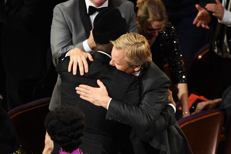 """Mahershala Ali (links) ist der beste Nebendarsteller und bekommt eine Umarmung von seinem """"Green Book""""-Kollegen Viggo Mortensen."""