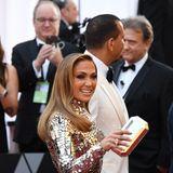 Jennifer Lopez erspäht in der Menge ein bekanntes Gesicht.