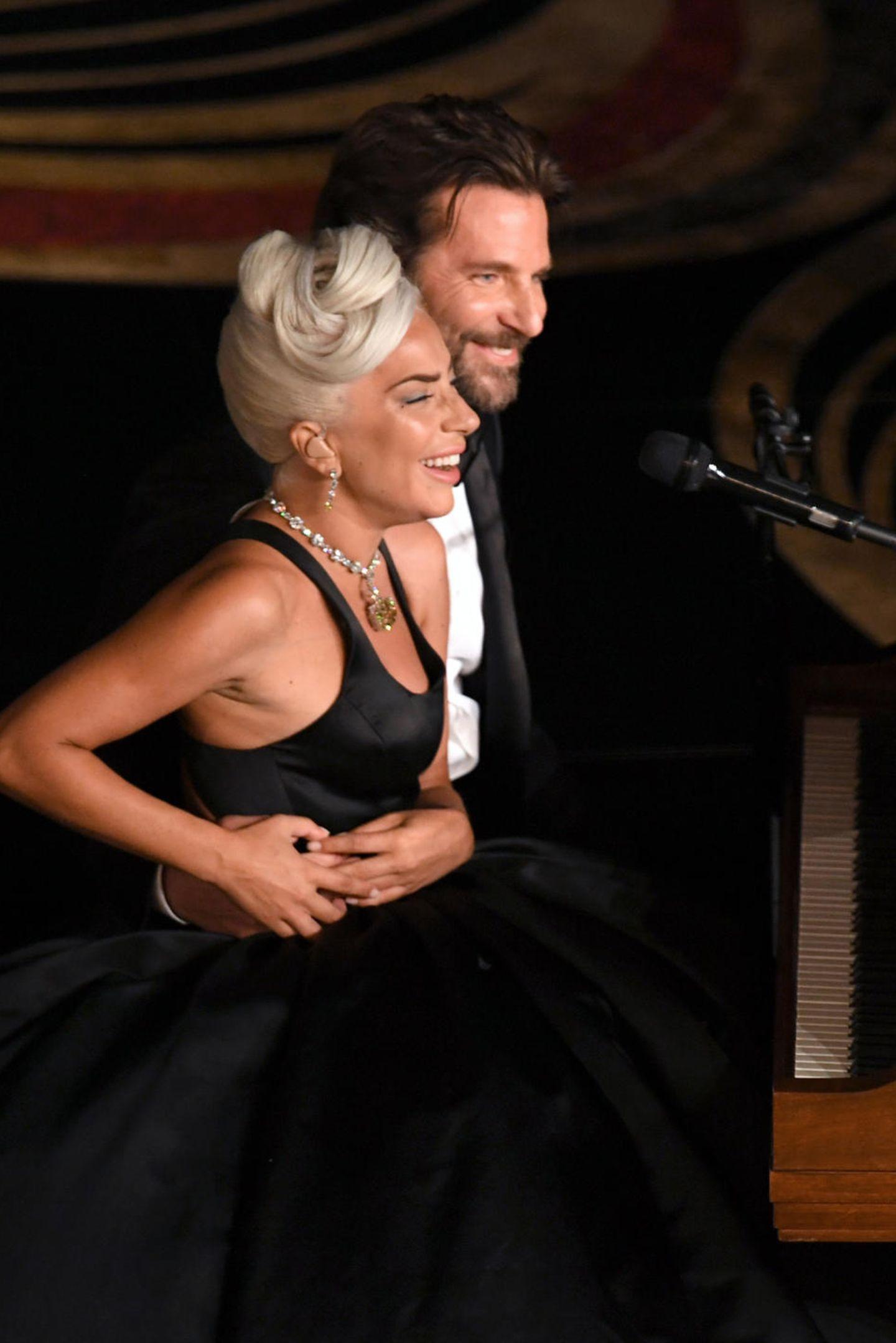"""Arm in Arm singen Lady Gaga und Bradley Cooper ihren Hit """"Shallow"""" aus dem Film """"A Star Is Born"""". Für ihren Auftritt gibt es Standing Ovations."""