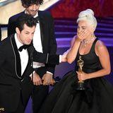 Als sie den Oscar für das beste Filmlied entgegennimmt, fließen bei Lady Gaga Tränen.