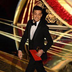 """So sieht ein glücklicherOscar-Gewinner aus: Rami Malek (bester Hauptdarsteller für """"Bohemian Rhapsody"""") verlässt grinsend die Bühne."""