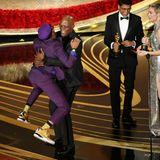 """Regisseur Spike Lee nimmt den Oscar für das beste adaptierte Drehbuch (""""BlacKkKlansman"""") in Empfang. Seine Freude ist so groß, dass er Samuel L. Jackson direkt in die Arme springt."""