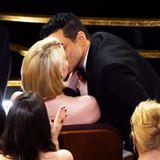 Zurück auf seinem Sitz drückt der Schauspieler Freundin Lucy Boynton einen leidenschaftlichen Kuss auf die Lippen.