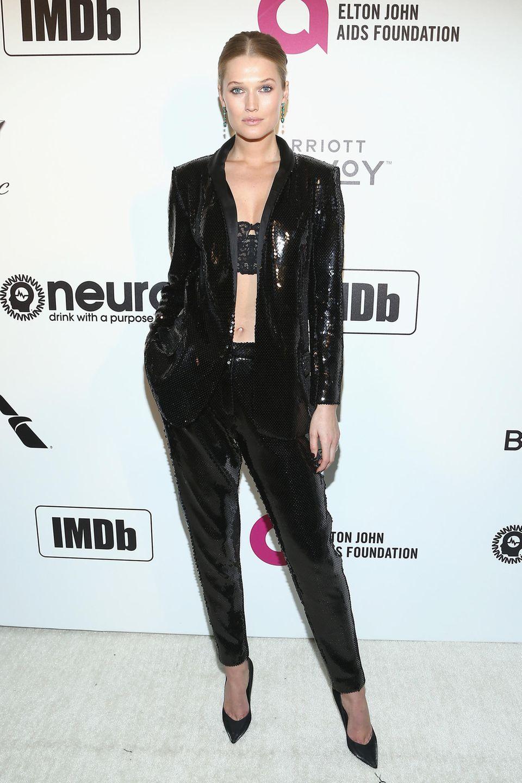 Im schwarzen Pailetten-Anzug sorgt Toni Garrn bei der Elton-John-Party für ein Blitzlichtgewitter.