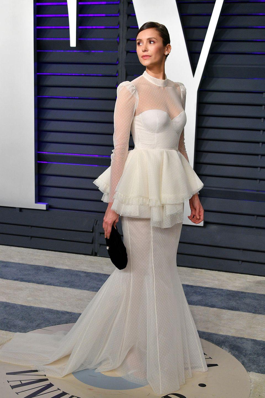 Im traumhaften Braut-Look begeistert Nina Dobrev auf dem Red Carpet.