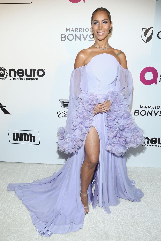 Im schön fließenden Flieder-Look lächelt Leona Lewis in die Kameras.