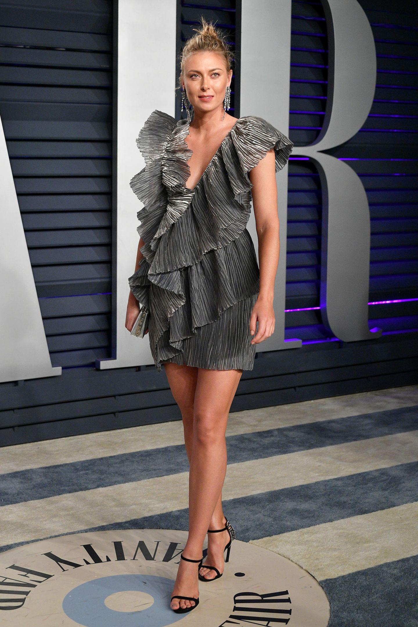 Maria Sharapova kleidet sich für die Vanity Fair Party in silbrigem Volant-Look.