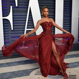 Schwungvoll in sattem Weinrot wirbelt Jasmine Tookes über den Red Carpet der Vanity Fair Party.
