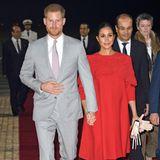 Tag 1, 23. Februar:  Nach reichlich Verspätung kommen Prinz Harry und Herzogin Meghan am Casablanca Airport in Marokko an. Für ihren ersten Auftritt in dem nordafrikanischen Land wählen die beiden Outfits, die sehr an ihren Auftritt in Tonga erinnern. Während der Prinz auf einen hellgrauen Anzug setzt, zeigt sich seine Ehefrau in knalligem Rot.