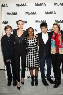 Welch außergewöhnlicher Familienausflug: Angelina Jolie kommt mit ihren Kids zu derAusstellungseröffnung von Prune Nourry (zweite von rechts)insMoMa. Die Künstlerin ist es auch, die etwas Farbe in die Gruppe bringt. Shiloh, Zahara, Maddox und Pax halten sich wie ihre Mama nämlich an den Schwarz-Weiß-Look.