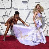 Jennifer Lewis ist Shangela auf dem Red Carpet beim Richten der Schleppe ihres Kleides behilflich.