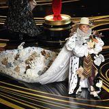 """Wenn man den Preis für das """"Beste Kostüm"""" vergibt, muss man sich schon was einfallen lassen. Das ist Melissa McCarthymit diesem Kuscheltier-Gewand auf jeden Fall geglückt."""