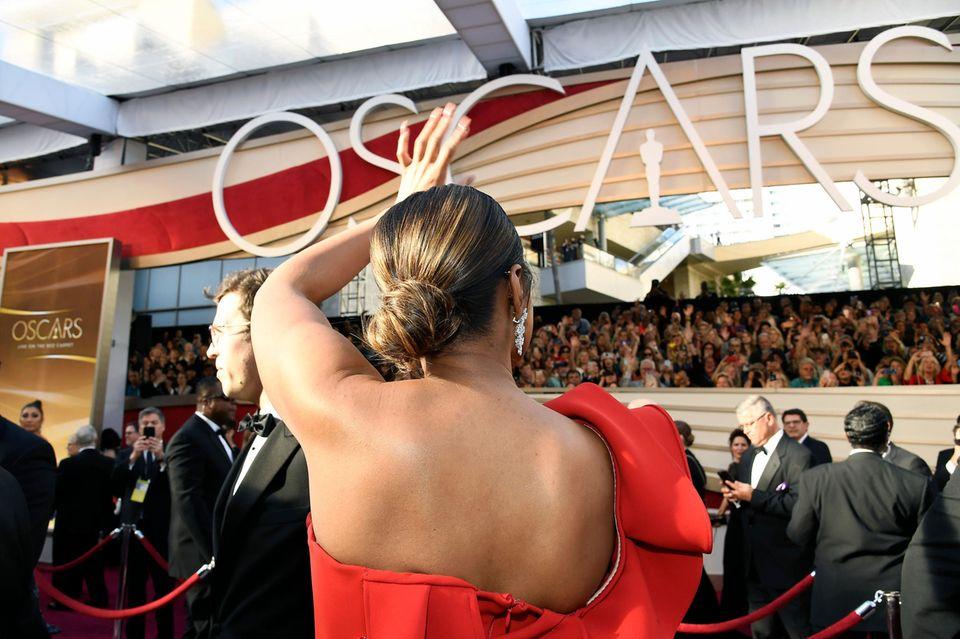 Jennifer Hudson grüßt bei ihrer Ankunft bei den 91. Academy Awards die wartenden Fans.